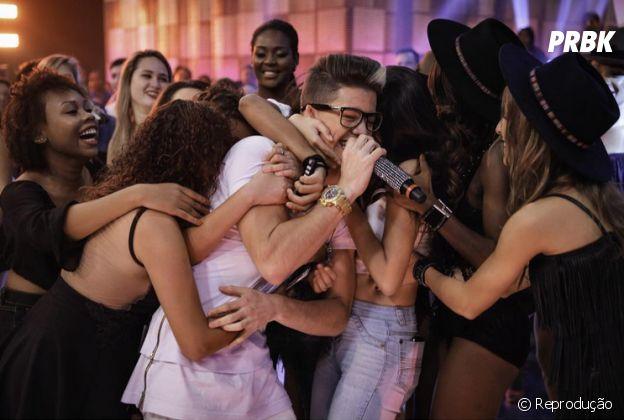 Biel abraça fãs durante show