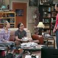 """Leonard (Johnny Galecki) e Penny (Kaley Cuoco) conversam com Sheldon (Jim Parson) em imagens promocionais de """"The Big Bang Theory"""""""