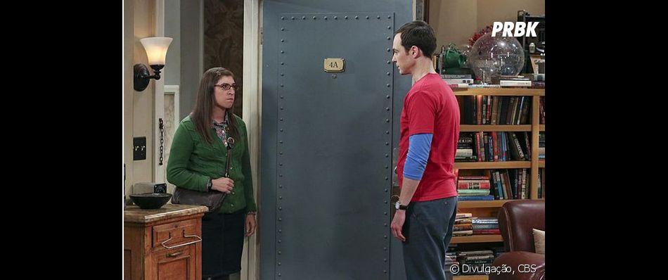 """Amy (Mayim Bialik) vai atrás de Sheldon (Jim Parson) em fotos promocionais de """"The Big Bang Theory"""""""