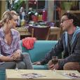 "Em ""The Big Bang Theory"": Leonard (Johnny Galecki) tenta acalmar Penny (Kaley Cuoco)"