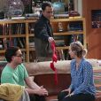 "Em ""The Big Bang Theory"": Sheldon (Jim Parson) mostra sutiã de Amy (Mayim Bialik) para Leonard (Johnny Galecki) e Penny (Kaley Cuoco)"
