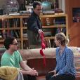 "Em ""The Big Bang Theory"": Sheldon (Jim Parson) mostra sutiã de Amy (Mayim Bialik) para Leonard (Johnny Galecki) e Penny (Kaley Cuoco)"