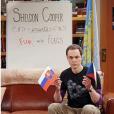 """Em novas cenas de """"The Big Bang Theory"""": Sheldon (Jim Parson) grava novo """"Fun With Flags"""" sozinho"""