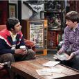 "Raj (Kunal Mayyar) e Howard (Simon Helberg) conversam em cliques promocionais de ""The Big Bang Theory"""