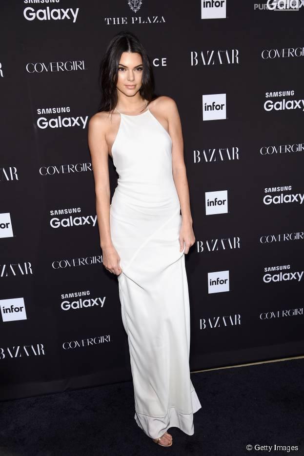 Percebeu? Kendall Jenner exibepiercing no mamilo através de vestido branco