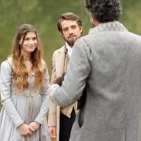 """Novela """"Além do Tempo"""": Lívia (Alinne Moraes) e Felipe viajam juntos a mando da Condessa"""