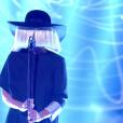 """A cantora Sia, intéprete de """"Chandelier"""" e """"Alive"""", não gosta de mostrar seu rosto durante as apresentações"""