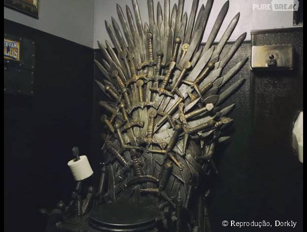 """Deixa o pessoal de """"Game of Thrones"""" saber que você quer fazer suas necessidades no trono de ferro..."""