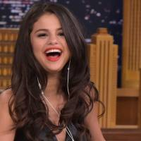 """Selena Gomez comenta evolução de Demi Lovato e Miley Cyrus: """"Todo mundo encontrou sua identidade"""""""