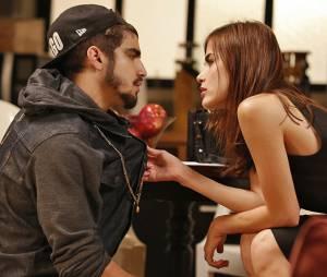 """Em """"I Love Paraisópolis"""": será que Grego (Caio Castro) vai topar a proposta de Margot (Maria Casadevall)?"""