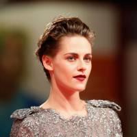 Kristen Stewart anda de Vespa pelas ruas de Paris e arrasa em set de filmagens de novo longa. Veja!
