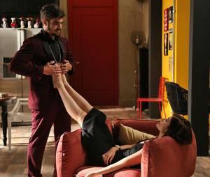 """E quando Grego (Caio Castro) fez massagem nos pés de Margot (Maria Casadevall) em """"I Love Paraisópolis"""", gente?"""