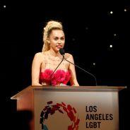 """Miley Cyrus defende a comunidade LGBT em discurso emocionante: """"Ilumine o mundo com o seu brilho"""""""