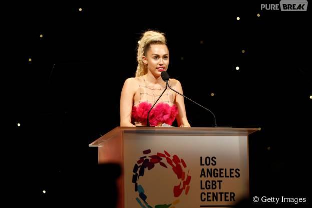 """Miley Cyrus discursa no """"LGBT Vanguard Awards"""" ao ser homenageada no evento"""