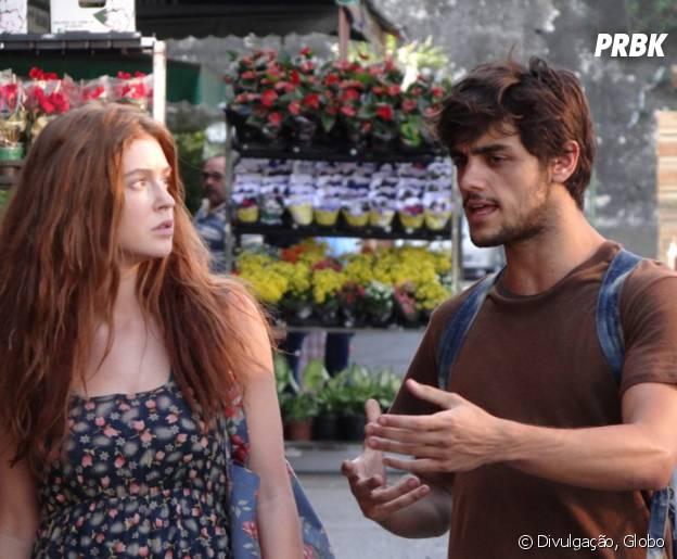 "Novela ""Totalmente Demais"": Jonatas (Felipe Simas) ajuda Eliza (Marina Ruy Barbosa) a vender flores na rua"