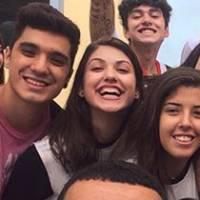 """Giovanna Grigio se forma no ensino médio e comemora último dia de aula: """"A saudade já tá forte!"""""""