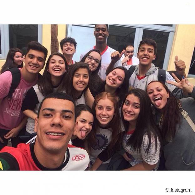 Giovanna Grigio se despediu dos amigos e do terceiro ano da escola com legenda emocionante pros amigos