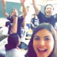Giovanna Grigio cantou com os colegas de turma no último dia de aula
