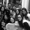 Giovanna Grigio deu adeus pra escola e fez um clique emocionado com os amigos