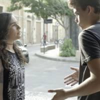 """Novela """"Malhação"""": Julia (Lívian Aragão) dá fora em Artur após tentativa de beijo!"""