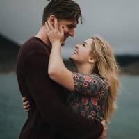 """Sasha Pieterse, a Alison de """"Pretty Little Liars"""", vai casar! Atriz confirma noivado no Instagram"""