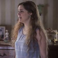 """Em """"Ligações Perigosas"""": Cecília (Alice Wegmann) troca cartas com Felipe e é descoberta pela mãe!"""