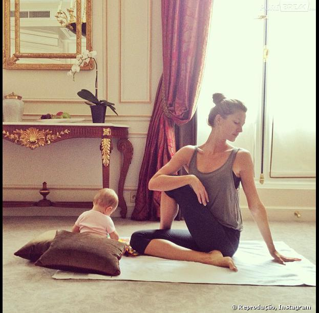 Gisele Bündchen pratica ioga ao lado da filha