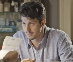 """Em """"Além do Tempo"""", Roberto (Romulo Estrela) descobre que não é pai de Alex (Kadu Schons) e Melissa (Paolla Oliveira) surta!"""
