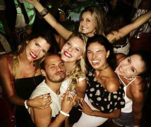 Isis Valverde aparece ao lado de amigos em festa com Bruno Gissoni