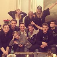 """Ansel Elgort, Emma Roberts e elenco de """"Billionaires Boys Club"""" comemoram fim das gravações do filme"""