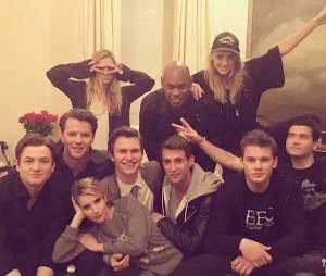 "Ansel Elgort posta foto com elenco de""Billionaires Boys Club"""
