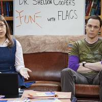"Em ""The Big Bang Theory"": na 9ª temporada, Sheldon (Jim Parsons) e Amy brigam no Dia dos Namorados!"