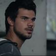"""Taylor Lautner só fez um filme em 2014, chamado """"Tracers"""", em que fez par romântico com a atrizMarie Avgeropoulos, da série """"The 100"""""""