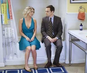 """Em """"The Big Bang Theory"""", Sheldon (Jim Parsons) conversa com Penny (Kaley Cuoco) no banheiro"""