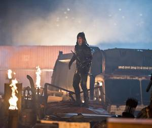 """Em """"Legends of Tomorrow"""", Oliver (Stephen Amell), de """"Arrow"""", luta com criminosos que invadiram Star City"""