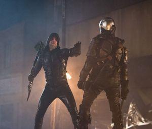 """Oliver (Stephen Amell), de """"Arrow"""", aparece anos mais velho na Star City!"""