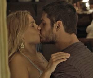 """Novela """"A Regra do Jogo"""": Dante (Marco Pigossi) se declara para Lara (Carolina Dieckmann) e os dois têm noite quente"""