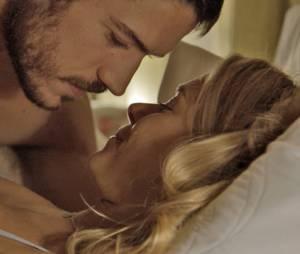 """Em """"A Regra do Jogo"""": Dante (Marco Pigossi) e Lara (Carolina Dieckmann) passam noite juntos e trocam declarações"""
