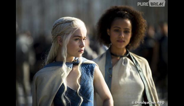 """Daenerys (Emilia Clarke) e Missandei (Nathalie Emmanuel) parecem desconfiadas na nova foto de""""Game of Thrones"""""""