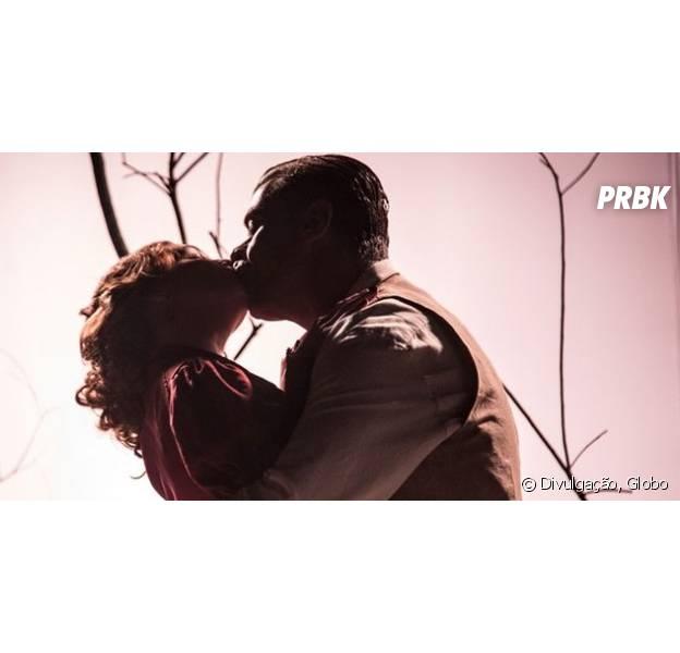 """Em """"Totalmente Demais"""": Eliza (Marina Ruy Barbosa) e Arthur (Fábio Assunção) começam a namorar, mas ruiva nega pedido de casamento"""