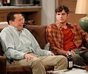 """Atualmente, Ashton Kutcher é o astro de """"Two and a Half Men"""" ao lado de Jon Cryer"""
