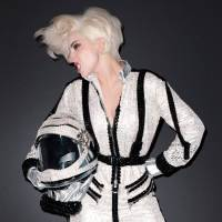 Lady Gaga não fez show no espaço porque nave caiu e matou piloto na fase de testes, diz Billboard