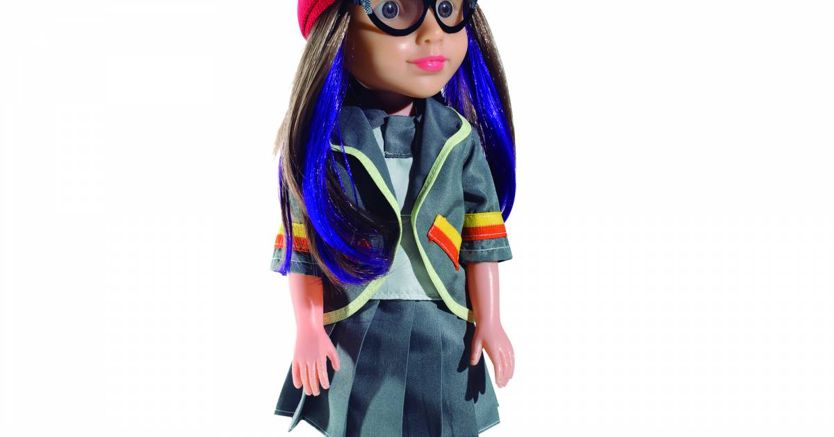 De Cúmplices de Um Resgate  a boneca de Isabela (Larissa Manoela) também  está vestida com o mesmo uniforme da escola da menina - Purebreak 2548e9fe37