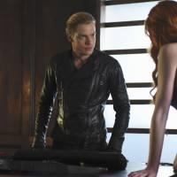 """Em """"Shadowhunters"""": na 1ª temporada, Clary salva a mãe e Jace se junta a Valentine!"""