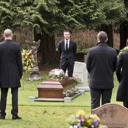 """Em """"Arrow"""": na 4ª temporada, Oliver (Stephen Amell), Felicity e equipe se emocionam em funeral"""