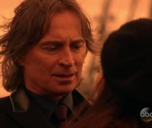 """Em """"Once Upon A Time"""": Belle (Emilie de Ravin) joga Gastão(Sage Brocklebank) acidentalmente no Rio das Almas Perdidas"""