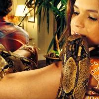 """Bruna Marquezine, de """"Em Família"""", posa segurando uma cobra nos bastidores da TV"""
