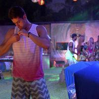 """Na festa do """"BBB14"""" Marcelo é alvo e Angela diz: """"Não vou pegar baba de biscate"""""""
