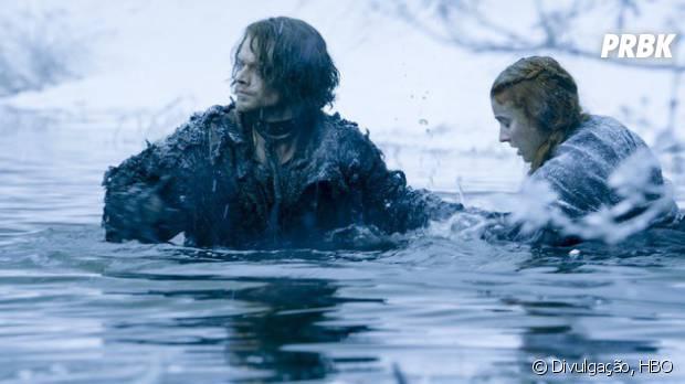 """Em """"Game of Thrones"""", Sansa (Sophie Turner) e Theon (Alfie Allen) passam por rio gelado em novas imagens"""