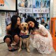 Sorte desse cachorro que conseguiu tirar foto com Kendall e Kylie Jenner, né?